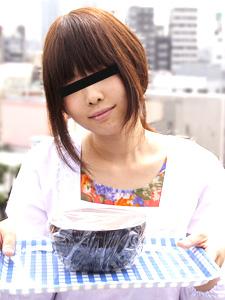 安田晴美 割烹着姿でレストランの宅配にきた人妻を口説いて遊んじゃいました
